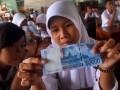 Sejumlah siswa - siswi SMPN 260 Pulau Harapan memeriksa keaslian uang rupiah yang di berikan oleh Bank Indonesia saat melakukan kunjungan sosialisasi di Pulau Harapan Kepulauan Seribu, Jakarta, Senin(9/4).Pengenalan metode 3D (di lihat,diraba, dan diterawang)dan ciri ciri keaslian uang bagi siswa- siswi ini sebagai salah satu upaya Bank Indonesia dalam menghambat peredaran uang palsu di masyarakat dengan pengenalan sejak dini. (FOTO ANTARA/Teresia May)