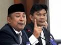 Ketua Komisi Independen Pemilihan (KIP) Kota Lhokseumawe, Ridwan Hadi (kiri) di dampingi anggota KIP lainnya membuka Rapat Pleno Rekapitulasi suara akhir dan penetapan pasangan calon pemenang Pemilukada walikota/wakil walikota di Lhokseumawe, Provinsi Aceh. Sabtu (14/4). KIP setempat menetapkan pasangan nomor urut 10, Suadi Yahya-Nazaruddin yang di usung Partai Aceh (PA) sebagai walikota/wakil walikota Lhokseumawe 2012-2017 dengan perolehan suara sebanyak 31,652 suara atau 39,62% dari total suara 11 pasangan calon 79,883 suara atau /100%. (FOTO ANTARA/Rahmad)