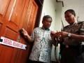 Menteri Pendidikan dan Kebudayaan (MendikBud) Mohammad Nuh ditemani pihak kepolisian memeriksa gembok segel ruangan kelas saat melakukan inspeksi mendadak (sidak) melihat langsung persiapan Ujian Nasional (UN) di SMA 6 Pamulang,Tangerang Selatan, Banten, Minggu (15/4). Sebanyak 25,8 juta murid tingkat Sekolah Menengah Atas dan Sekolah Menengah Kejuruan (SMA/SMK) akan melaksanakan Ujian Nasional yang dilakukan serentak di seluruh Indonesia selama empat hari mulai Senin 16-19 April 2012.(FOTO ANTARA/Muhammad Deffa)