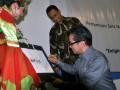 """Menlu Marty M. Natalegawa (kiri) didampingi Rektor Universitas Paramadina, Anies Rasyid Baswedan (tengah) membubuhkan tandatangan dimulainya Pertemuan Sela Nasional Mahasiswa Hubungan Internasional Se-Indonesia ke-24 bertema """"Enlightening the People of Southeast Asia"""" usai memberikan kuliah umum, di Universitas Paramadina, Jakarta, Senin (23/4). (FOTO ANTARA/Kemlu RI-Suwandy/HO)"""