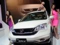 Dua orang model berpose disamping mobil New Honda CR-V dalam peluncurannya di Jakarta, Kamis (26/4). PT Honda Prospect Motor meluncurkan New Honda CR-V dengan berbagai penampilan fitur dan desain baru yang menghadirkan tampilan yang lebih mewah disisi eksterior dan interior serta kenyamanan berkendara. (FOTO ANTARA/HO-Andi)