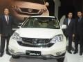 President Director PT HPM Tomoki Uchida (kiri) bersama Marketing and After Sales Service Director PT Honda Prospect Motor (HPM), Jonfis Fandy (kanan) dan Senior vice president PT HPM Kusnadi budiman (dua kanan) berpose disamping mobil New Honda CR-V dalam peluncurannya di Jakarta, Kamis (26/4). PT Honda Prospect Motor meluncurkan New Honda CR-V dengan berbagai penampilan fitur dan desain baru yang menghadirkan tampilan yang lebih mewah disisi eksterior dan interior serta kenyamanan berkendara. (FOTO ANTARA/HO-Andi)