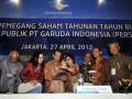Direktur Utama Garuda Indonesia Emirsyah Satar (ketiga kiri), bersama jajaran direksi dan komisaris berbincang saat akan memberi keterangan pers seusai Rapat Umum Pemegang Saham Tahunan (RUPST) di Jakarta, Jumat (27/4). Sepanjang 2011 Garuda Indonesia berhasil membukukan pendapatan sebesar Rp27,2 triliun, meningkat sebesar 39,1 persen dibanding periode tahun 2010. Dalam RUPST tersebut Garuda juga menetapkan perubahan susunan direksi dan dewan komisaris yang baru. (FOTO ANTARA/Ismar Patrizki)