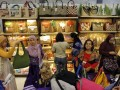 Sejumlah pengunjung melihat produk kerajinan tas yang dipamerkan di International Handicraft Trade Fair (Inacraft) 2012 di Balai Sidang, Jakarta, Sabtu (28/4). Pameran yang berlangsung 25-29 April 2012 tersebut menampilkan produk kerajinan dari seluruh nusantara. (FOTO ANTARA/Widodo S. Jusuf)