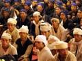 Ribuan warga Baduy mengikuti upacara Seba Baduy ditandai dengan menyerahkan hasil bumi di Pendopo Gubernur Banten, di Serang, Sabtu (28/4) malam. Acara yang diikuti 1.640 warga Baduy tersebut merupakan agenda tahunan adat warga Baduy sekaligus merupakan sarana bagi mereka untuk berkomunikasi dengan pemimpinya. (FOTO ANTARA/Asep Fathulrahman)