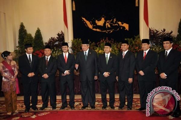 http://img.antaranews.com/new/2012/04/ori/20120412pelantikan-anggota-KPU.jpg