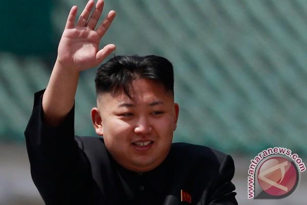Kim Jong-un bergandengan tangan dengan istrinya