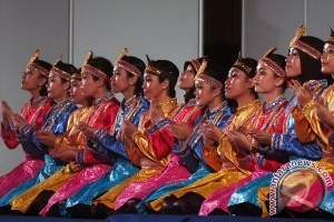 Australian students learn Saman dance at University of Surabaya