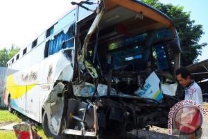 Bus hantam truk, lima korban tewas