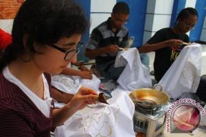 Tujuh mahasiswa Meksiko belajar membatik di Surakarta