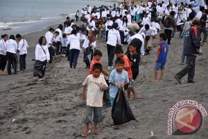 Seribuan PNS ramaikan gerakan bersih pantai