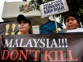 Puluhan aktivis buruh dari Migrant Care menggelar aksi di depan Kantor Kedutaan Besar Malaysia, Jalan Rasuna Said, Jakarta, Selasa (1/5). Mereka mengecam keras kriminalisasi dan tindakan represif yang dilakukan oleh aparat Malaysia dengan melakukan penembakan tiga TKI asal Nusa Tenggara Barat (NTB), yakni Abdul Qodir Jaelani, Mad Noor dan Herman pada 24 Maret 2012 lalu.  (ANTARA/Dhoni Setiawan)
