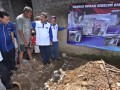 Ketua Umum DPP Partai Demokrat Anas Urbaningrum (tengah) disaksikan Anggota Komisi V DPRI RI Roestanto Wahidi (kanan) dan Wakil Ketua Komisi IV DPR RI Herman Khaeron saat akan meletakkan batu pertama pembangunan program bantuan rumah layak huni saat kegiatan reses dan kunjungan kerja Dapil Jabar II di Desa Sangkanhurip, Bandung, Jawa Barat, Selasa (1/5). Dalam acara tersebut Partai Demokrat juga memberikan bantuan kepada Gabungan Kelompok tani (Gapoktan) untuk meningkatkan infrastruktur pedesaan. (FOTO ANTARA/Dedi Suhirlan)