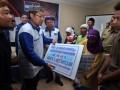 Ketua Umum DPP Partai Demokrat Anas Urbaningrum (kiri) disaksikan Anggota Komisi V DPRI RI Roestanto Wahidi (tengah) memberikan bantuan untuk warga saat kegiatan reses dan kunjungan kerja Dapil Jabar II Bandung dan Bandung Barat di Desa Sangkanhurip, Bandung, Jawa Barat, Selasa (1/5/12). Dalam acara tersebut Partai Demokrat juga memberikan bantuan kepada Gabungan Kelompok tani (Gapoktan) untuk meningkatkan infrastruktur pedesaan. (FOTO ANTARA/Dedi Suhirlan)