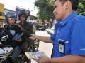 Seorang pegawai Kantor Pelayanan Pajak Pratama Palu membagikan brosur berisi informasi Sensus Pajak Nasional yang dibagi-bagikan kepada pengguna jalan di Jalan Hasanuddin, Palu, Sulawesi Tengah, Senin (1/5). Pembagian brosur itu menandai peluncuran kembali program Sensus Pajak Nasional secara serentak di seluruh Indonesia yang telah dilakukan pada September 2011 sebelumhya. Dirjen Pajak menargetkan akan ada 2,5 juta Formulir Isian Sensus (FIS) yang terisi selama tahun 2012. (FOTO ANTARA/Basri Marzuki)