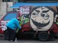 Eko Dwi Putra seniman grafiti dari komunitas Preman Urban membuat wajah Pak Raden di mobil box, di Bandung, Jawa Barat, Rabu (2/5). Pembuatan gambar Pak Raden tersebut sebagai dukungan terhadap Suryadi pencipta tokoh Pak Raden dalam serial Unyil yang saat ini sedang berusaha memperoleh hak cipta atas film dan tokoh tersebut. (FOTO ANTARA/Agus Bebeng)