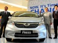 Presdir PT Honda Prospect Motor (HPM), Tomoki Uchida (kiri) bersama Marketing and After Sales Service Director Jonfis Fandy (kiri) dan Senior Vice President Kusnadi budiman (dua kanan) berpose disamping mobil Honda Freed model terbaru saat peluncuran di Jakarta, Selasa (8/5). Honda Prospect Motor (HPM) meluncurkan model terbaru dengan perubahan desain eksterior dan interior yang lebih stylish serta penambahan fitur-fitur inovatif dengan harga terjangkau. (FOTO ANTARA/Zarqoni)