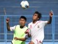 Dua pesepakbola Persema Malang mengikuti latihan di Stadion Gajayana, Malang, Jawa Timur, Rabu (9/5). Persema menerapkan strategi menyerang dengan mengandalkan kekuatan pemain muda saat berhadapan dengan Persibo Bojonegoro pada Piala Indonesia leg kedua Kamis (10/5). (FOTO ANTARA/Ari Bowo Sucipto)