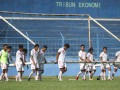 Sejumlah pesepakbola Persema Malang memindahkan gawang ketika berlatih di Stadion Gajayana, Malang, Jawa Timur, Rabu (9/5). Persema menerapkan strategi menyerang dengan mengandalkan kekuatan pemain muda saat berhadapan dengan Persibo Bojonegoro pada Piala Indonesia leg kedua Kamis (10/5). (FOTO ANTARA/Ari Bowo Sucipto)