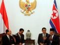 Presiden Susilo Bambang Yudhoyono (kanan) menerima kunjungan kenegaraan Presiden Presidium Majelis Rakyat Tertinggi Korea Utara Kim Yong Nam (kiri) di Istana Merdeka, Jakarta, Selasa (15/5). Kedua pemimpin bersama masing-masing delegasi melakukan pertemuan bilateral untuk meningkatkan kerjasama kedua negara. (FOTO ANTARA/Widodo S. Jusuf)