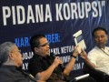 Wakil Menteri Hukum dan HAM Denny Indrayana (tengah) bersama Wakil Ketua Komisi Pemberantasan Korupsi (KPK) Bambang Widjojanto (kanan) dan mantan hakim agung Benjamin Mangkoedilaga (kiri) memberikan pandangan saat diskusi media dengan tema Sistem Hukum dan Perlindungan Justice Collaborator Dalam Peran Pengungkapan Dugaan Tindak Pidana Korupsi di kantor KPK, Jakarta, Rabu (16/5). Diskusi mengupas dasar hukum , perlindungan dan perlakuan terhadap saksi pelaku yang bekerjasama (Justice Collabolator). (FOTO ANTARA/Prasetyo Utomo)