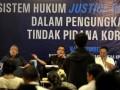 Wakil Menteri Hukum dan HAM Denny Indrayana (kedua kiri) bersama Wakil Ketua Komisi Pemberantasan Korupsi (KPK) Bambang Widjojanto (kedua kanan) , mantan hakim agung Benjamin Mangkoedilaga (kiri) dan juru bicara KPK selaku moderator Johan budi (kanan) memberikan pandangan saat diskusi media dengan tema Sistem Hukum dan Perlindungan Justice Collaborator Dalam Peran Pengungkapan Dugaan Tindak Pidana Korupsi di kantor KPK, Jakarta, Rabu (16/5). Diskusi mengupas dasar hukum, perlindungan dan perlakuan terhadap saksi pelaku yang bekerjasama (Justice Collabolator). (FOTO ANTARA/Prasetyo Utomo)