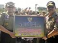 Menteri Sosial Salim Segaf Al Jufri (kiri) memberikan bantuan kepada Gubernur Sulsel Syahrul Yasin Limpo (kanan) disela-sela Apel Siaga Bhakti Sosial Tagana Regional Tengah dan Timur di Lapangan Karebosi Makassar, Sulsel, Rabu (23/5). Apel siaga tersebut dihadiri 22 provinsi se Indonesia Tengah dan Indonesia Timur, Kementrian Sosial juga memberi bantuan Rp5,570 miliar untuk forum keserasian sosial pada 11 kabupaten/kota se Sulsel. (ANTARA/Yusran Uccang)