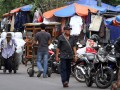 Warga berjalan dekat pedagang kaki lima di sepanjang jalan trotoar Jati Baru, Tanah Abang, Jakarta, Senin (28/5). Pemprov DKI dan Kepolisian melalui Direktorat Lalu Lintas (Dirlantas) membuat kesepakatan diberlakukannya efek jera berupa sanksi bagi penyerobot trotoar yang diberikan kepada pengendara motor dan pedagang kaki lima yang mulai diefektifkan awal Juni 2012 untuk penyadaran masyarakat terhadap fungsi trotoar. (FOTO ANTARA/M Agung Rajasa)