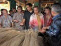 Menteri Perdagangan, Gita Wirjawan (empat kanan) didampingi Menteri Perindustrian, M.S Hidayat (tiga kanan) saat meninjau Industri Rotan UPH Hampangen Kabupaten Katingan, Kalimantan Tengah, Selasa (29/5). (FOTO ANTARA/Reno Esnir)