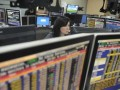 Seorang pialang mengamati pergerakan saham di Mandiri Sekuritas, Jakarta, Rabu (30/5). Indeks Harga Saham Gabungan (IHSG) turun tipis 1,149 poin (0,03%) ke level 3.917,916, sementara investor asing melakukan pembelian bersih (foreign net buy) senilai Rp 116,439 miliar di seluruh pasar. (FOTO ANTARA/Prasetyo Utomo)