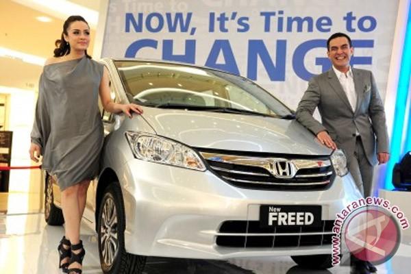 Model berpose disamping mobil keluarga generasi baru Honda Freed model