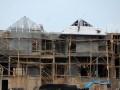 Pekerja tengah mengerjakan proyek pembangunan ruko dan rumah di kawasan BSD Serpong, Tangerang Selatan, Banten, Minggu (3/6). Bank Indonesia memproyeksikan pertumbuhan ekonomi sebesar 6,4%-6,8% pada 2013. Proyeksi ini lebih rendah dari proyeksi pemerintah dalam rancangan RKP 2013, yakni 6,8%-7,2%. (FOTO ANTARA/Lucky.R)