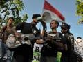Beberapa anggota Wahana Lingkungan Hidup (Walhi) Bali protes lewat nyanyian lagu dalam aksi unjukrasa memeringati Hari Lingkungan Hidup Sedunia di Denpasar, Bali, Selasa (5/6). Puluhan aktivis lingkungan menuntut dilakukannya moratorium pembangunan berbagai akomodasi pariwisata di Bali dan menolak rencana pembangunan fasilitas untuk KTT APEC 2013. (ANTARA/Nyoman Budhiana)
