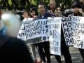 Beberapa anggota Wahana Lingkungan Hidup (Walhi) Bali meneriakkan yel-yel dalam aksi unjukrasa memeringati Hari Lingkungan Hidup Sedunia di Denpasar, Bali, Selasa (5/6). Puluhan aktivis lingkungan menuntut dilakukannya moratorium pembangunan berbagai akomodasi pariwisata di Bali dan menolak rencana pembangunan fasilitas untuk KTT APEC 2013.(ANTARA/Nyoman Budhiana)