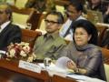 Menteri Luar Negeri Marty Natalegawa (tengah) bersama Menteri Pemberdayaan Perempuan dan Perlindungan Anak Linda Amalia Sari Gumelar (kanan) mengikuti pembahasan konvensi perlindungan anak bersama Komisi VIII DPR di Kompleks Parlemen Senayan, Jakarta, Rabu (6/6). Konvensi tersebut berisi Protokol Opsional Konvensi Hak-hak Anak mengenai Keterlibatan Anak dalam Konflik Bersenjata, yang diberlakukan PBB sejak Februari 2002. (FOTO ANTARA/Yudhi Mahatma)