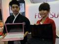 Dua orang model menawarkan Lifebook Fujitsu LH 772 pada pameran International Communication Conference & Indonesia Cellular Show 2012, di Jakarta, Rabu (6/6). Lifebook pertama dengan memasukkan platform terbaru mobile intel tersebut untuk pertama kali diperkenalkan pada pameran yang berlangsung lima hari. (FOTO ANTARA/Audy Alwi)