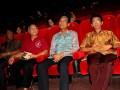 Gubernur DIY yang juga Raja Kraton Yogyakarta, Sri Sultan HB X (2 kanan) didampingi Eksekutif Produser film Soegija, Y.I. Iswarahadi SJ (kanan) menyaksikan pemutaran perdana Film Soegija di Studio 21, Yogyakarta, Kamis (7/6). Setelah tayang perdana di Jakarta pada tanggal 29 Mei '12, Film Soegija tayang perdana di Yogyakarta, Kamis (7/6) dihadiri oleh Sri SUltan HB X untuk menonton secara langsung film yang sarat akan nilai-nilai kebangsaan pahlawan nasional Mgr. Soegijapranata. (FOTO ANTARA/Noveradika)