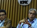 Direktur Penyuluhan Pelayanan dan Humas Ditjen Pajak, Dedi Rudaedi (kanan) dan Kahumas KPK Johan Budi menjawab pertanyaan wartawan seputar tertangkapnya pegawai Ditjen Pajak Sidoarjo, saat jumpa pers di Komisi Pemberantasan Korupsi, Jakarta Selatan, Rabu (6/6). KPK menangkap basah seorang pegawai pajak dan dua orang lainnya, salah satunya adalah pengusaha yang juga wajib pajak, dan juga menyita uang sekitar Rp 300juta. (FOTO ANTARA/Fanny Octavianus)