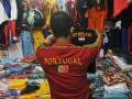 Pengunjung memilih baju kaos timnas negara yang ikut serta dalam laga sepakbola EURO 2012 di kawasan Pasar Baru, Jakarta, Sabtu (9/6). Penjualan pernak-pernik EURO 2012 berupa baju kaos timnas negara yang ikut dalam kompetisi tersebut ramai ditemukan di pasar-pasar ataupun toko-toko pakaian dengan harga jual berkisar Rp 20 ribu - Rp 100 perlembarnya. (ANTARA/Zabur Karuru)