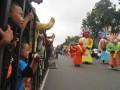 Sejumlah warga menyaksikan parade karnaval Jakarta di bahu jalan di kawasan Monas,Jakarta, Minggu (10/6). Parade karnaval dalam rangka memeriahkan hari ulang tahun Jakarta ke-485 menampilkan kesenian tradisional dari sejumlah daerah di Indonesia, klub kendaraan bermotor roda dua dan roda empat. (FOTO ANTARA/Zabur Karuru)