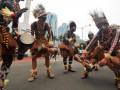 Sejumlah peserta karnaval mempertunjukan tarian Sentani saat parade karnaval Jakarta di ruas Jalan Thamrin, Jakarta, Minggu (10/6). Parade karnaval dalam rangka memeriahkan hari ulang tahun Jakarta ke-485 menampilkan kesenian tradisional dari sejumlah daerah di Indonesia, klub kendaraan bermotor roda dua dan roda empat. (FOTO ANTARA/Zabur Karuru)