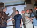 Wakil Ketua KPK Busyro Muqqoddas (Kedua kiri) berbincang-bincang dengan Anggota Komisi II DPR RI Ganjar Pranowo (kiri) dan Sekretaris Jenderal Transparency International Indonesia (TII) Teten Masduki (kedua kanan) dengan Muslim Abdurrahman (kanan) saat peluncuran Korupedia di Warung Daun, Cikini, Jakarta, Selasa (12/6). Korupedia merupakan Ensiklopedia Koruptor Indonesia yang didedikasikan sebagai sebuah ensiklopedia tentang korupsi di Indonesia yang diharapkan mampu menjadi bahan rujukan bagi gerakan masyarakat sipil dalam melawan korupsi. (ANTARA/Zabur Karuru)