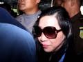 Sherny Kojongian (tengah) dikawal petugas kepolisian saat tiba di Bandara Seokarno Hatta, Tangerang, Banten, Rabu (13/6). Sherny ditangkap petugas Interpol Amerika Serikat setelah buron selama 10 tahun terkait kasus korupsi Bantuan  Likuiditas Bank Indonesia (BLBI) yang mencapai Rp 1,95 triliun. (FOTO ANTARA/Muhammad Deffa)