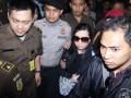 Buronan kasus BLBI Sherny Kojongian dikawal petugas kepolisian menuju lembaga pemasyarakatan (Lapas) wanita Tangerang, Banten, Rabu (13/6). Sherny ditangkap petugas Interpol Amerika Serikat setelah buron selama 10 tahun terkait kasus korupsi Bantuan Likuiditas Bank Indonesia (BLBI) yang mencapai Rp 1,95 triliun. (FOTO ANTARA/ Marifka Wahyu Hidayat)