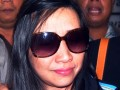 Sherny Kojongian digiring sejumlah petugas untuk dimasukan kedalam mobil kejaksaan setibanya di Bandara Soekarno Hatta, Tangerang, Banten, Rabu (13/6) Sherny Kojongian mantan Direktur Bank BHS merupakan buronan Kejaksaan dalam kasus  Bantuan likuiditas Bank Indonesia sebesar 1,95 Triliun yang di tangkap Interpol di Amerika. (FOTO ANTARA/Muhammad Deffa)