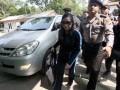 Sherny Kojongian (tengah) dikawal petugas kepolisian saat tiba di Bandara Soekarno Hatta,Tangerang, Banten, Rabu (13/6). Sherny ditangkap petugas Interpol Amerika Serikat setelah buron selama 10 tahun terkait kasus korupsi Bantuan  Likuiditas Bank Indonesia (BLBI) yang mencapai Rp 1,95 triliun. (FOTO ANTARA/ Marifka Wahyu Hidayat)