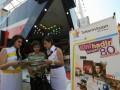Petugas penjualan TelkomVision menawarkan paket berlangganan tv berbayar kepada pengunjung stan di Pekan Raya Jakarta, Sabtu (16/6). TelkomVision yang memposisikan diri sebagai market leader di Asia Tenggara pada 2014 mendatang, melalui produk-produk tv berbayar menggunakan parabola (Yes TV), menggunakan kabel (CatTV) dan menggunakan internet (Groovia), optimis meraih 10 ribu pelanggan selama pelaksanaan PRJ dan 2,5 juta pelanggan selama 2012. (FOTO ANTARA/Audy Alwi)