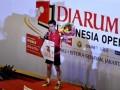 Pebulutangkis tunggal putra Indonesia Simon Santoso mengigit medali emas seusai laga final Djarum Indonesia Open 2012 melawan pebulutangkis China Du Pengyu di Istora Senayan, Jakarta, Minggu (17/4). Simon Santoso berhasil menjadi kampiun setelah memenangi laga final dengan tiga gim 21-18, 13-21, dan 21-11. (FOTO ANTARA/Andika Wahyu)