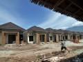 Seorang pekerja melintas di depan salah satu perumahan di Palu, Sulawesi Tengah, Sabtu (16/6). Sebagian masyarakat menilai, pemberlakuan pembiayaan uang muka bagi perumahan olah Bank Indoensia dianggap memberatkan karena mengurangi kemampuan memiliki rumah dengan fasilitas kredit. (FOTO ANTARA/Basri Marzuki)