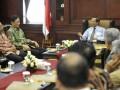Ketua Mahkamah Konstitusi (MK) Mahfud MD (kanan) menerima Ketua kelompok Dewan Perwakilan Daerah (DPD) MPR RI Bambang Suroso (kedua kiri) berserta anggota DPD lainnya di MK, Jakarta, Selasa (19/6). Pertemuan tersebut dalam rangka diskusi tentang amandamen UUD 1945. (FOTO ANTARA/Prasetyo Utomo)